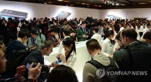 Des journalistes découvrent les nouveaux smartphones phares de Samsung Electronics Co. lors d'un événement de présentation du Galaxy S7 et du Galaxy S7 Edge, le dimanche 21 février 2016, au Centre de conventions international de Barcelone (CCIB), en Espagne, à la veille de l'ouverture du Mobile World Congress 2016.