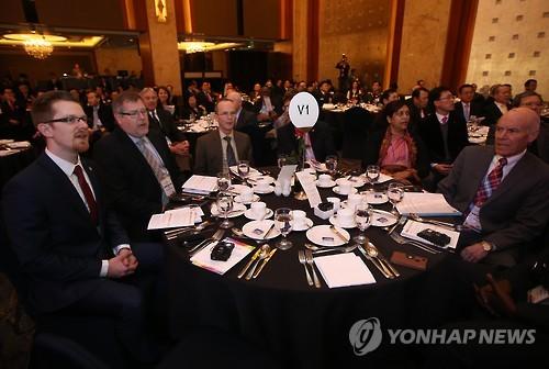 찬송가 부르는 WEA 세계지도자대회 참석자들