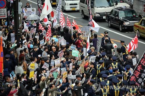 도쿄서 '조선학교 보조금 철폐' 시위…항의하는 시민