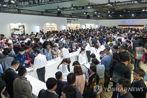 Des visiteurs chinois découvrent le Galaxy S7 et le Galaxy S7 edge, le lundi 7 mars 2016, lors d'un événement de promotion Samsung à Shanghai, en Chine. © Samsung Electronics Co.