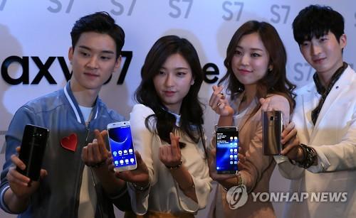 Samsung Electronics Co. présente le Galaxy S7 et le Galaxy S7 edge le jeudi 10 mars 2016 à l&apos;hôtel Shilla, à Séoul, lors d&apos;un événement de présentation officielle. </p><p>(Yonhap)