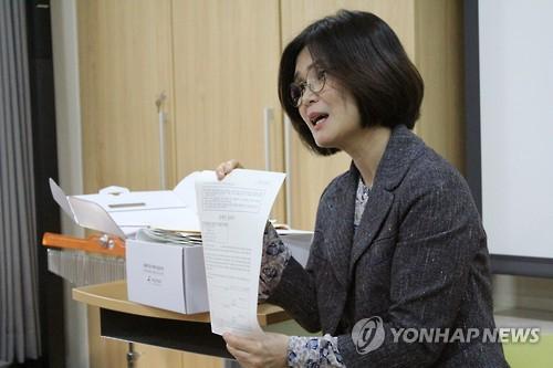 성폭력 응급키트 설명하는 서울해바라기센터 관계자