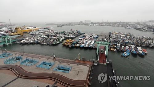강풍에 발 묶인 인천 여객선·어선들