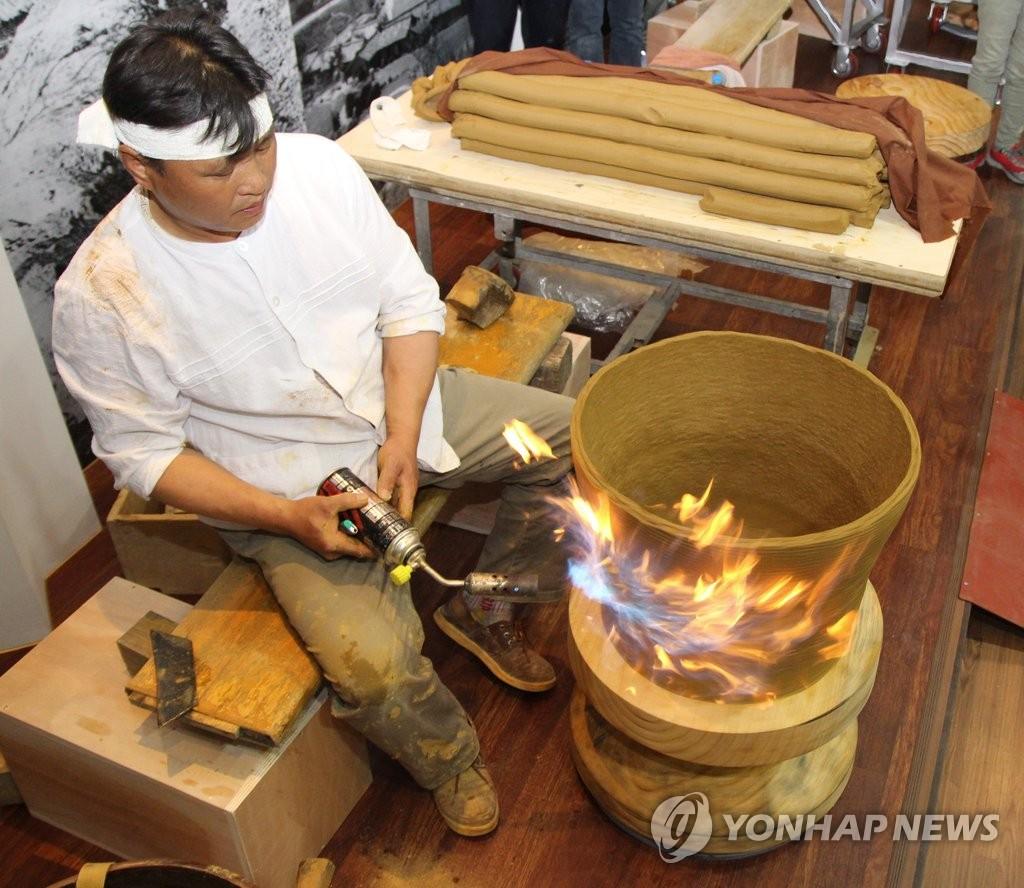 전통옹기 제작하는 장인[연합뉴스 자료사진]
