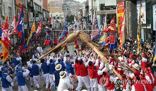 昨年の朝鮮通信使祭りで披露された韓国・安東の「車戦ノリ」=(聯合ニュース)
