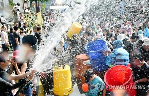2016 춘천마임축제 개막 축하행사 '아수라장'