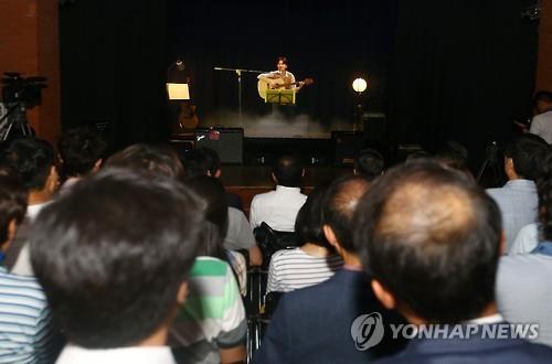 관객 앞에 선 김광석