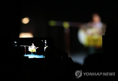 다시 노래하는 김광석