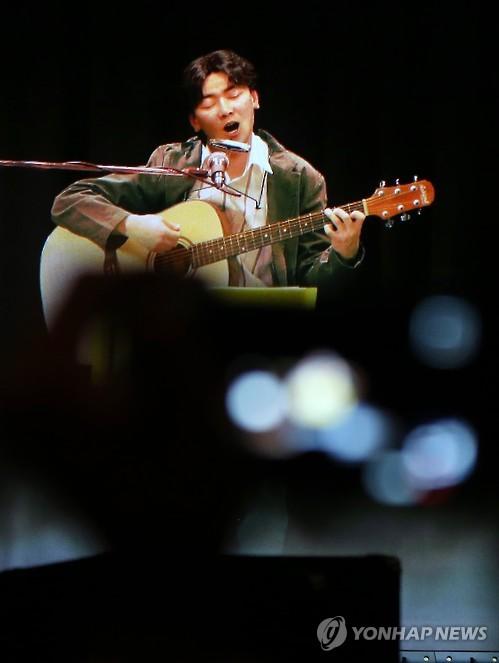 열창하는 김광석