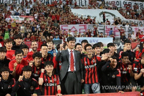 This file photo taken on June 22, 2016, shows FC Seoul head coach Choi Yong-soo (C) taking a photo with fans at Seoul World Cup Stadium in Seoul before departing for Chinese club Jiangsu Suning. (Yonhap)