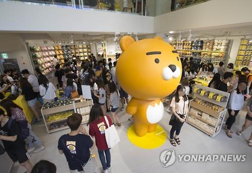 昨年7月、カカオフレンズのキャラクターグッズショップの旗艦店がソウルにオープンした=(聯合ニュース)