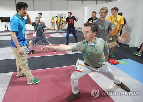 Olympic journalists learn fencing