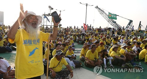 2016 생명평화대행진에서 환호하는 문정현 신부
