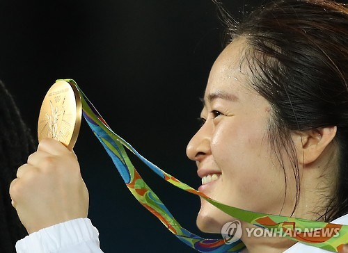 金メダル高々と