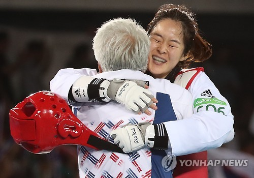 Oh Hye-ri hugs her coach