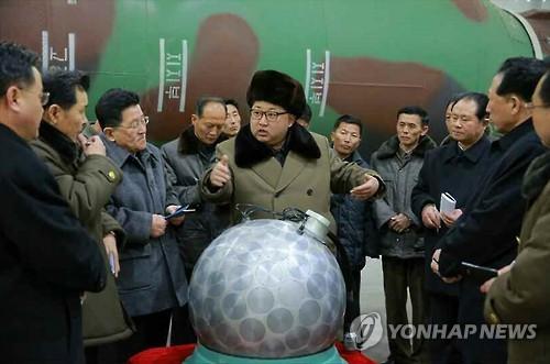 김정은과 '핵탄두 기폭장치 추정 물체'