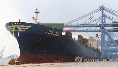 부산신항에서 선적하는 현대상선 선박[연합뉴스 자료사진]