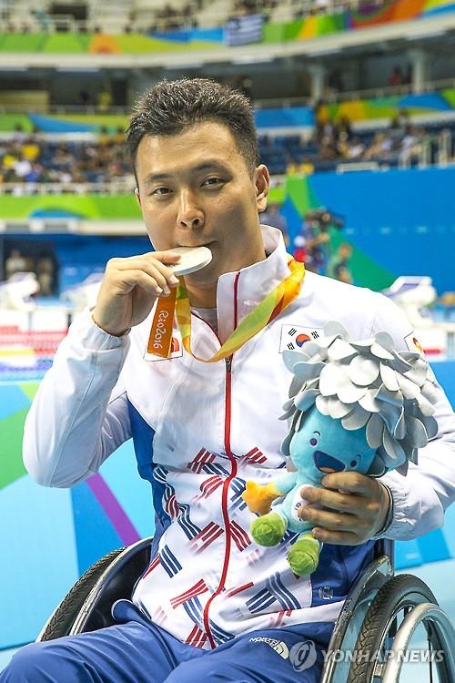 <패럴림픽> 평영 100m 은메달 임우근