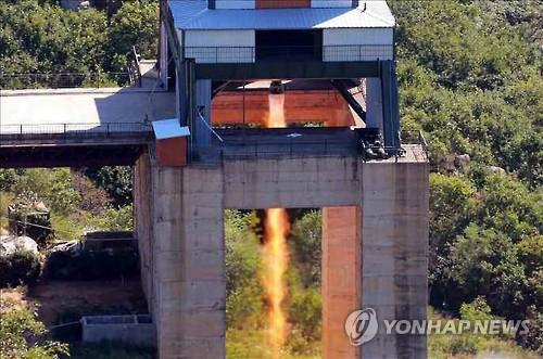 지난해 9월 있었던 북한의 신형 로켓엔진 분출 시험 사진
