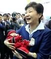 朴槿惠抱起孩子
