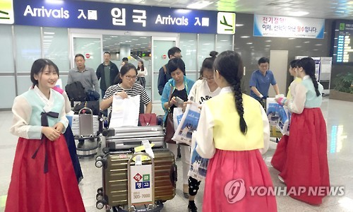 资料图片:釜山观光公社欢迎十一期间访韩的中国游客。(韩联社)