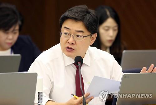 질의하는 김성원 의원