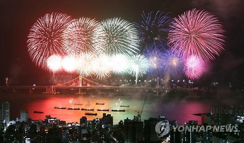 昨年の釜山花火祭りでは8万発の花火が打ち上げられた=(聯合ニュース)