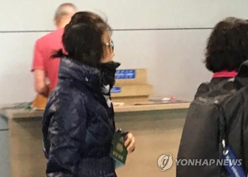 여권들고 입국하는 '비선실세' 의혹 최순실