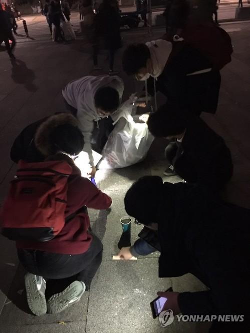 촛농까지 치우는 집회 참가자들