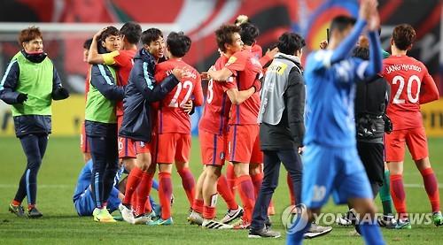 昨年11月15日にソウルで行われたウズベキスタンとの予選第5戦で勝利し、喜ぶ韓国代表=(聯合ニュース)