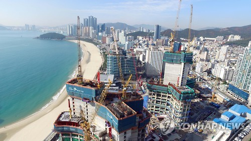 해운대 해변에 공사 중인 엘시티[연합뉴스 자료사진]