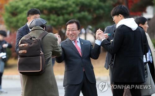 수능 응원 나온 민병희 교육감 [연합뉴스 자료사진]