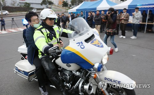 <수능> 경찰 오토바이 타고 온 수험생[연합뉴스 자료사진]