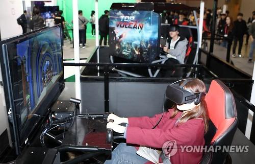 가상현실 게임 즐기는 작년 지스타 모습 [연합뉴스 자료 사진]