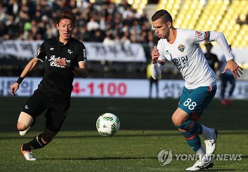 작년 11월 성남과 승강 PO 2차전에 출전한 강원의 전 외국인 선수 세르징요(오른쪽)
