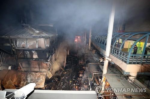 다 타버린 서문시장 점포 [연합뉴스 자료사진]
