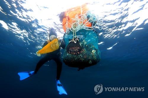 해산물 채취하는 해녀