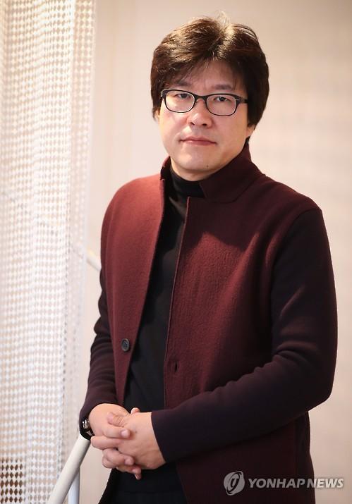 포즈 취하는 박정우 감독
