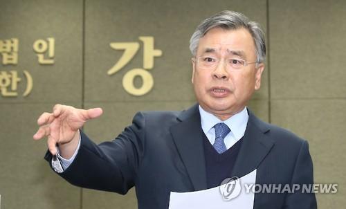 질문에 답하는 박영수 특검