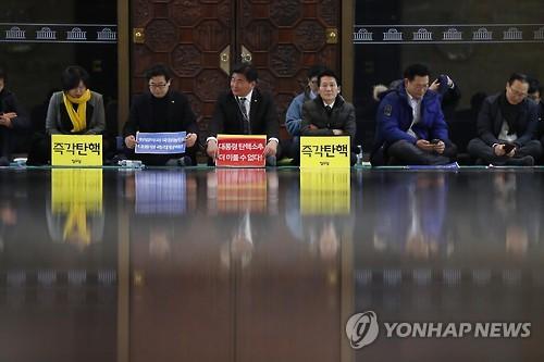 탄핵촉구 밤샘 농성하는 야당의원들