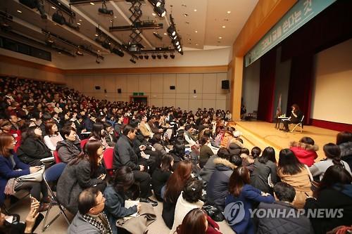 昨年12月に光州での講座に出席し、光州民主化運動を描いた「少年が来る」の一節を読み上げた作家、韓江さん(資料写真)=(聯合ニュース)