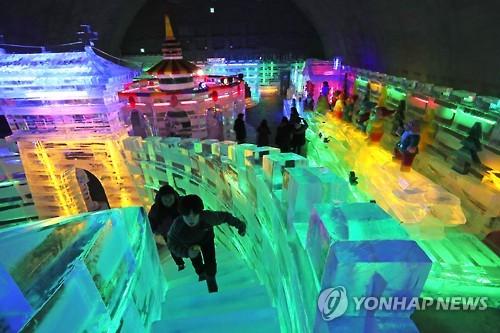 화천에 문을 연 실내얼음조각광장