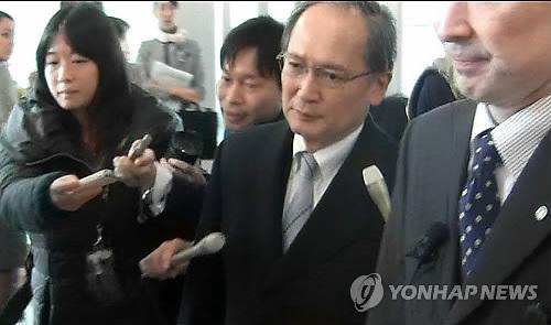 资料图片:1月9日,日本驻韩国大使长岭安政(右二)临时返回日本。(韩联社)