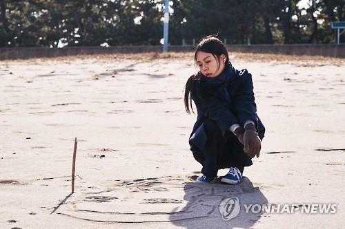 图为片方公布的《独自在夜晚的海边》金敏喜的剧照。(韩联社/Jeonwonsa Film提供)