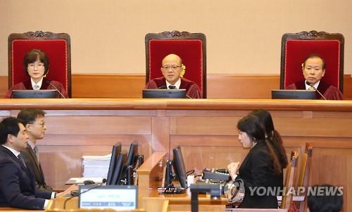 박한철 헌재소장, 참석자들 출석 확인