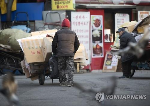 '빈곤의 덫에 빠진 고령층'