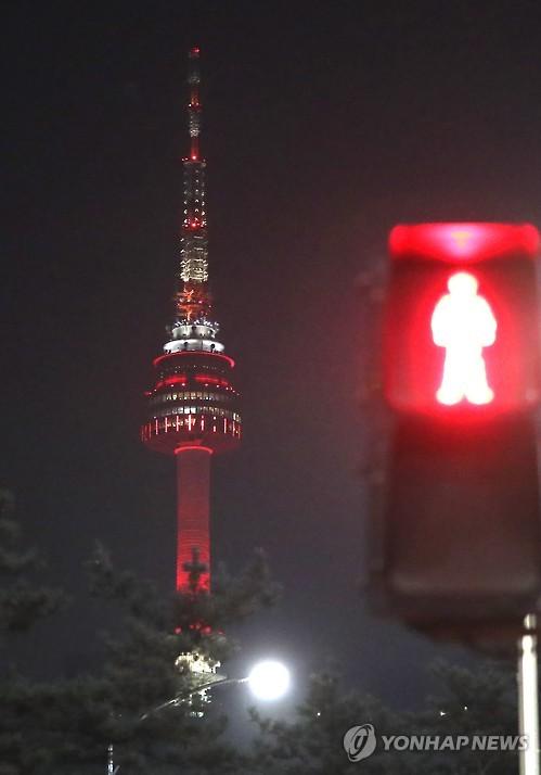 首尔塔亮红灯提醒市民做好防霾
