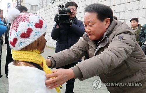 日本総領事館前に設置された少女像のもとを訪れた朴三碩・東区庁長=(聯合ニュース)