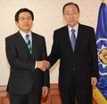 潘基文和韩代总统握手