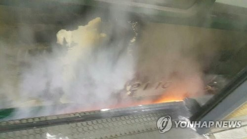 지하철 신천역 진입하던 열차에서 불…승객 대피